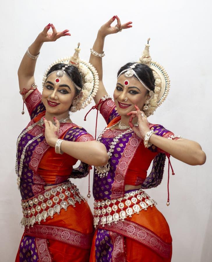 Due bei ballerini classici di Odissi che eseguono ballo di Odissi in scena al tempio di Konark, Odisha, India immagine stock libera da diritti