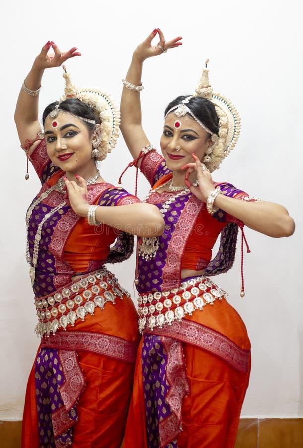 Due bei ballerini classici di Odissi che eseguono ballo di Odissi in scena al tempio di Konark, Odisha, India fotografia stock
