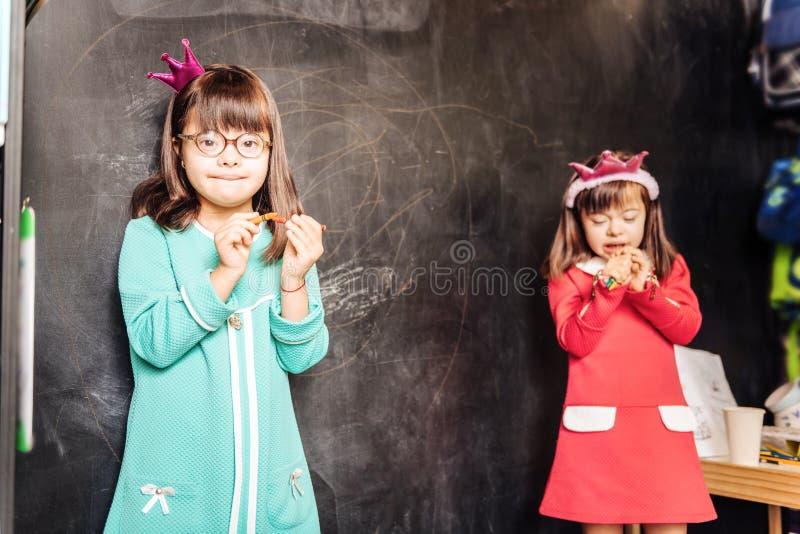 Due bei bambini soleggiati alla moda che portano i vestiti luminosi immagini stock libere da diritti