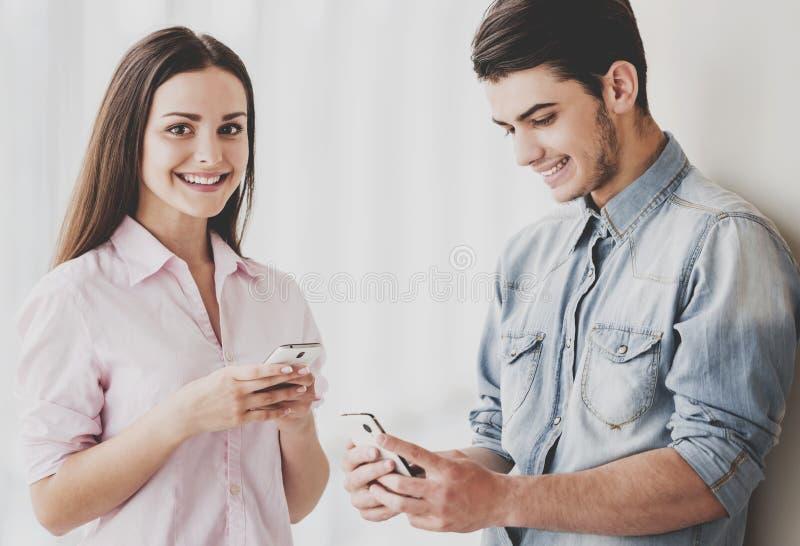Due bei giovani studenti che stanno insieme fotografie stock