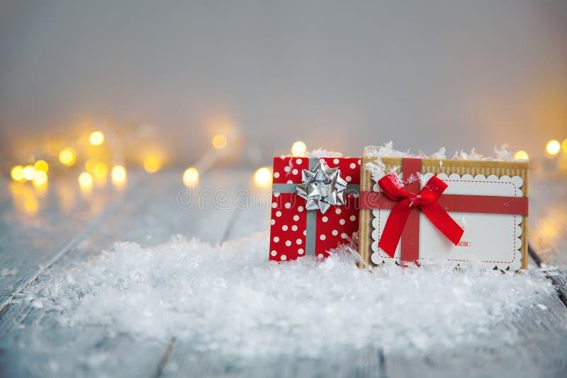 Due bei regali con gli archi su fondo di legno nel concetto di Natale immagine stock libera da diritti