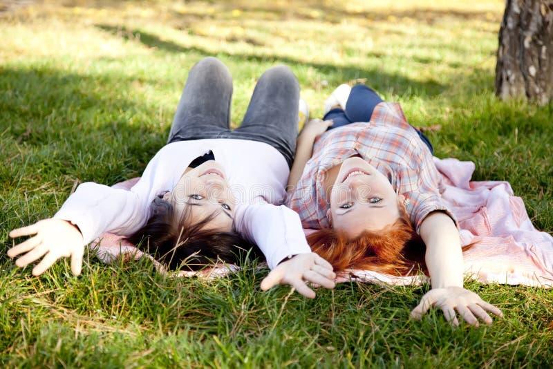 Due belle amiche alla sosta di autunno fotografia stock libera da diritti