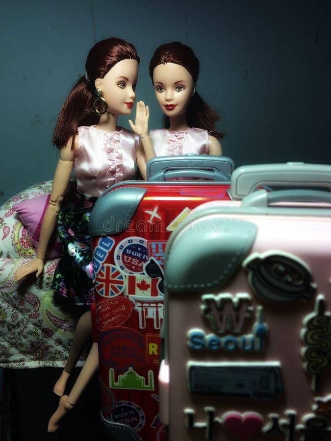 Due belle bambole di Barbie stanno bisbigliando un certo segreto immagine stock libera da diritti