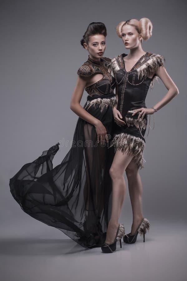 Due belle donne caucasiche in vestito splendido fotografia stock