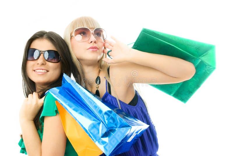 Due belle donne con i sacchetti di acquisto immagine stock