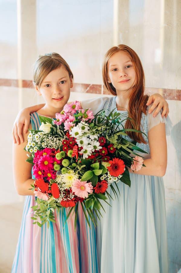 Due belle ragazze che portano i vestiti occasionale fotografie stock