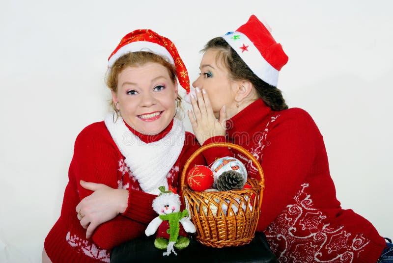 Due belle ragazze con i regali su un fondo bianco fotografia stock