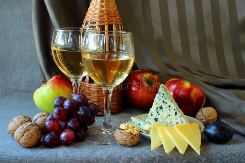 Due bicchieri di vino e frutta matura fotografia stock