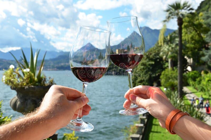 Due bicchieri di vino nelle mani fotografia stock libera da diritti
