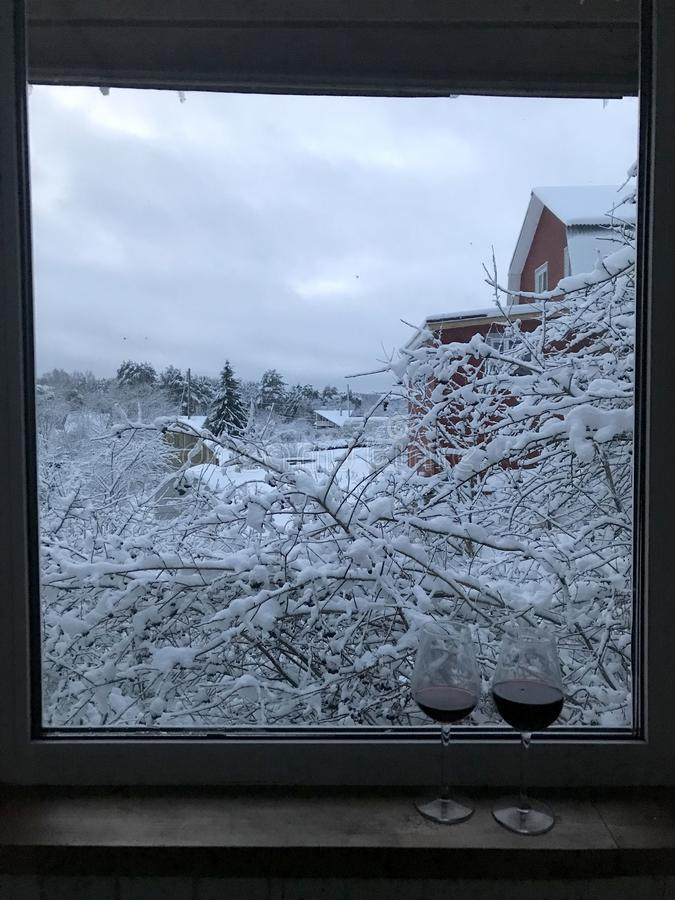Due bicchieri di vino sulla finestra che trascura il landsca di inverno immagini stock libere da diritti