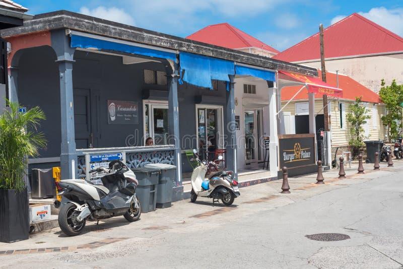 Due bici e un ristorante fotografie stock libere da diritti