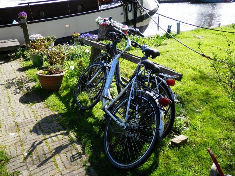 Due biciclette sul bordo del lato del canale fotografia stock
