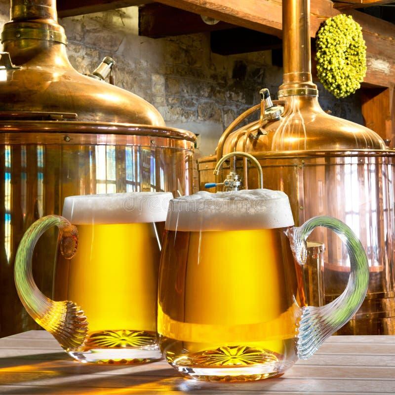 Due birre nella fabbrica di birra immagine stock