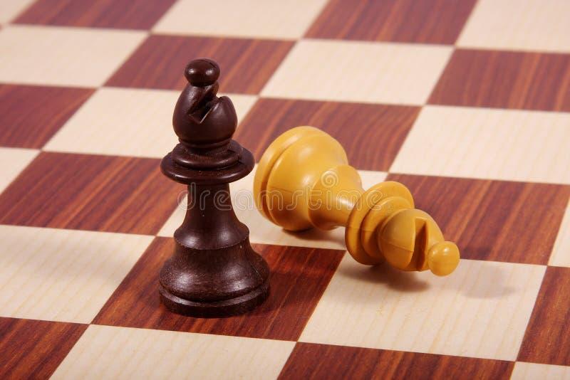 Due bishops sulla scheda di scacchi immagini stock