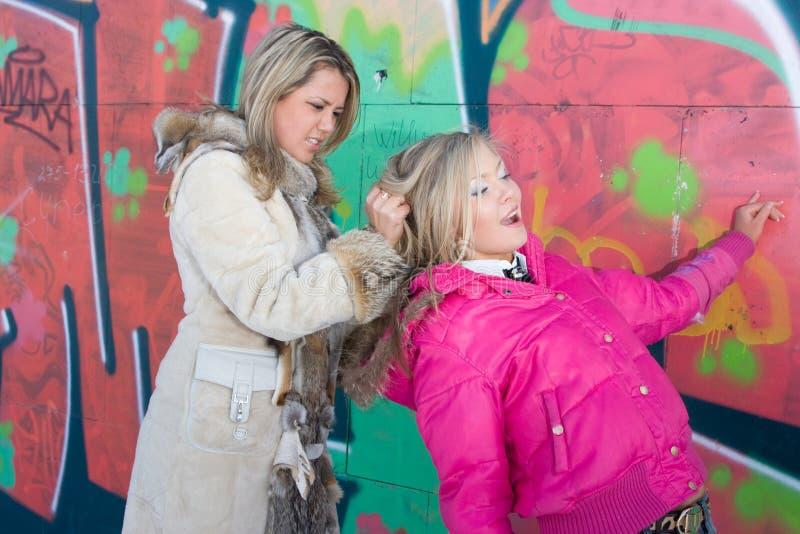 Due blondes stanno combattendo fotografia stock