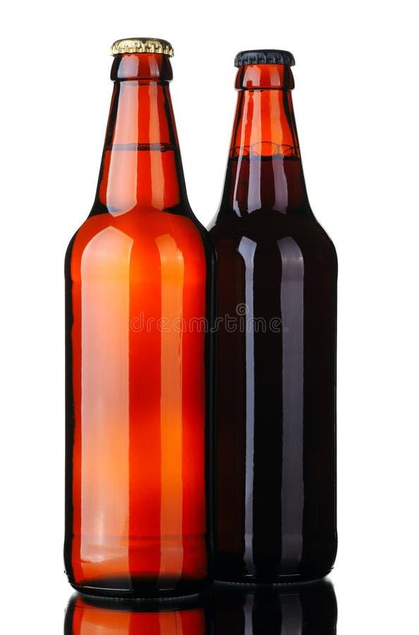 Due bottiglie di birra e di vetro fotografia stock