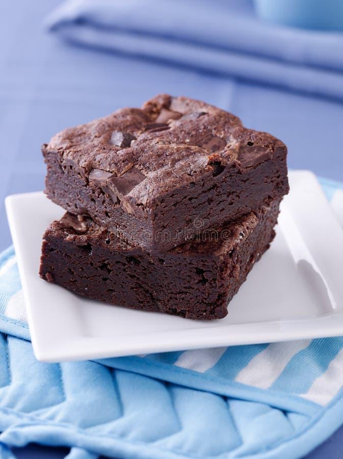 Due brownie impilati su una zolla. fotografia stock
