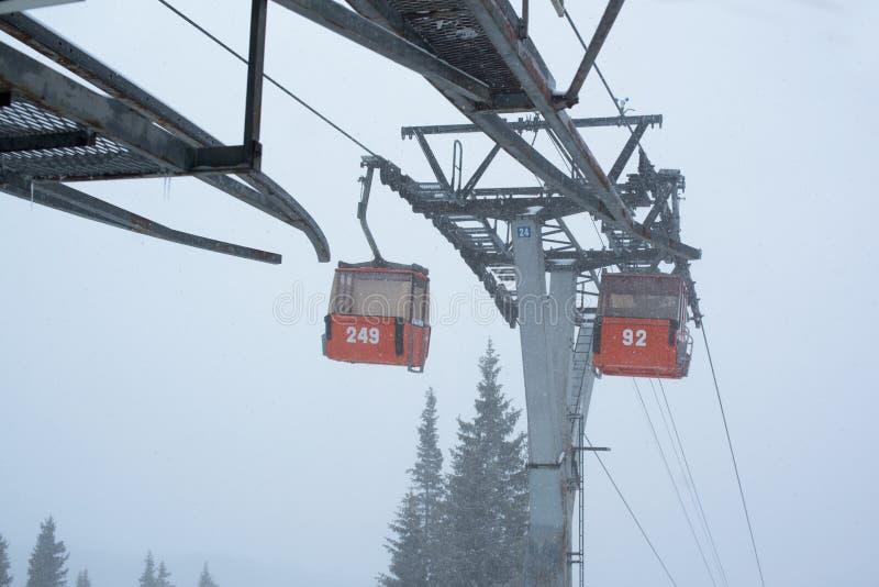 Due cabine dello ski-lift fotografia stock libera da diritti