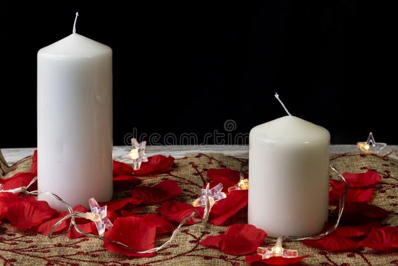 Due candele bianche su fondo rustico fotografia stock libera da diritti