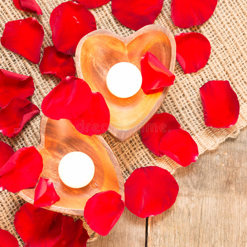 Due candele chiarite in candelieri in forma di cuore immagine stock libera da diritti