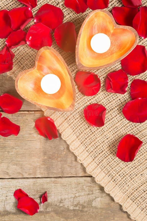 Due candele chiarite in candelieri in forma di cuore fotografie stock libere da diritti