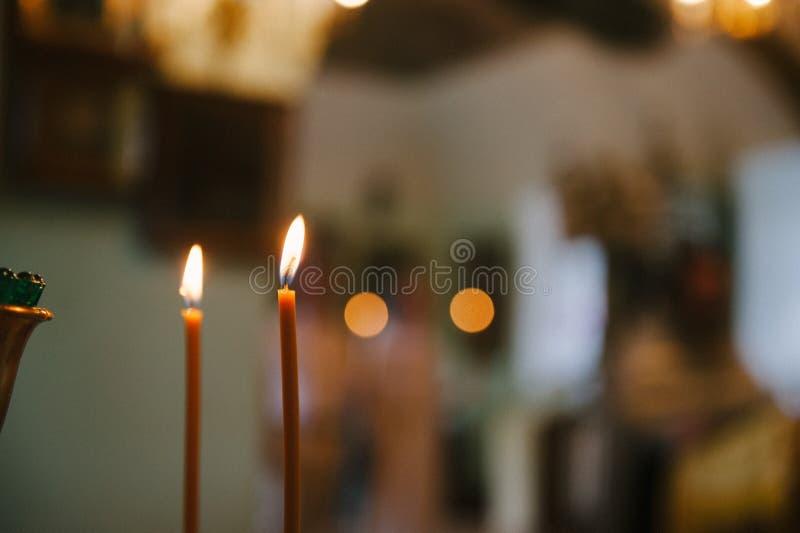 Due candele nei precedenti con bokeh fotografia stock