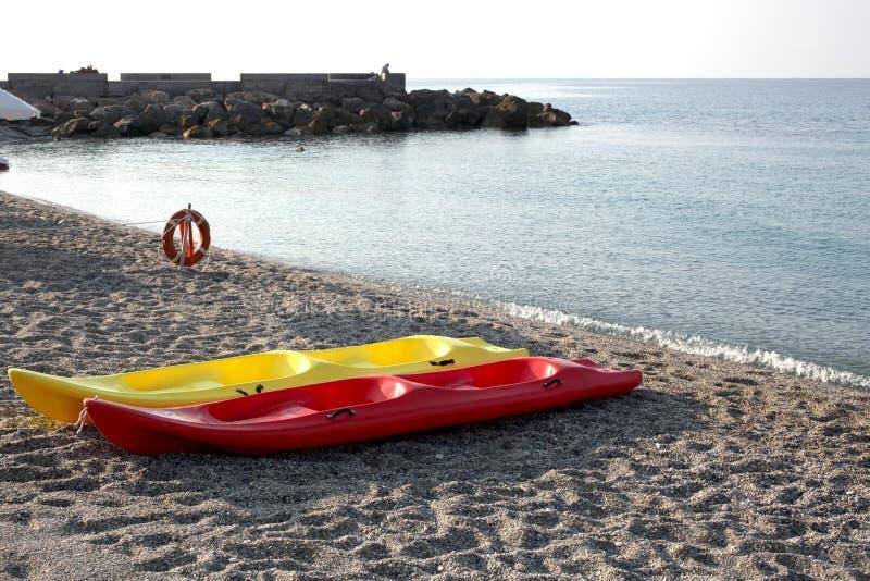 Due canoe su una spiaggia vuota sulla costa italiana immagine stock