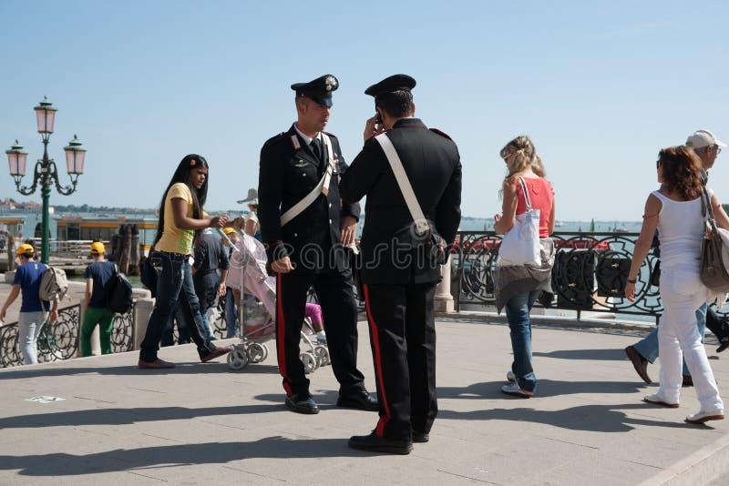 Due Carabinieri, da una delle due forze di polizia dell'Italia fotografia stock