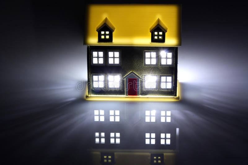 Due case alla notte, una ha indicatori luminosi sopra immagini stock