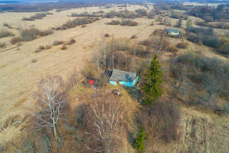 Due case rurali nel rilevamento aereo del paesaggio di aprile Regione di Novgorod fotografia stock