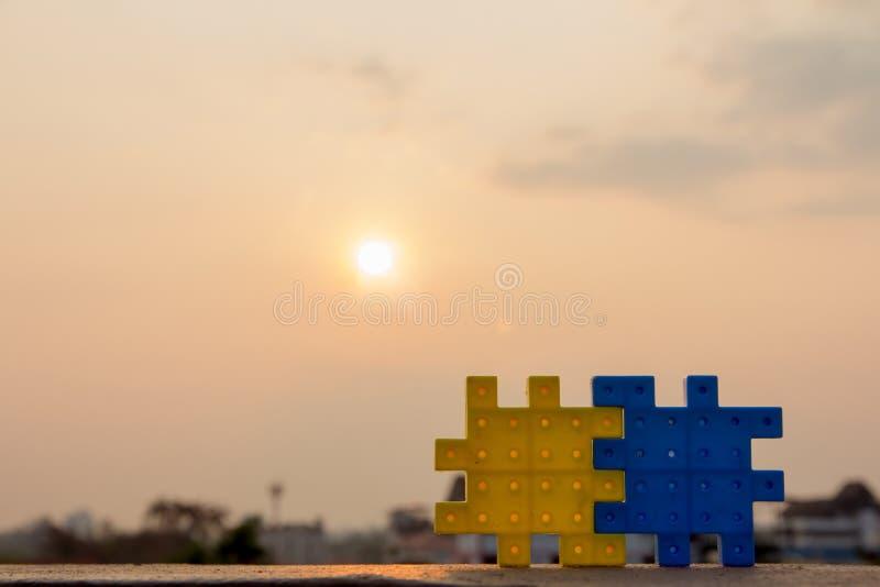 Due che il puzzle collega con i precedenti del sole su, Teamwor fotografia stock