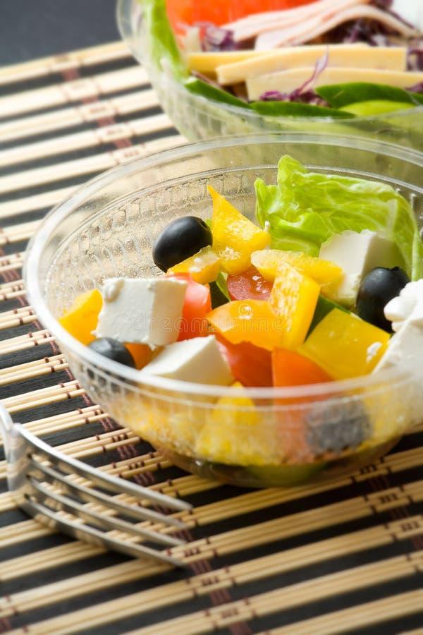 Due ciotole con le insalate vegetariane immagine stock libera da diritti