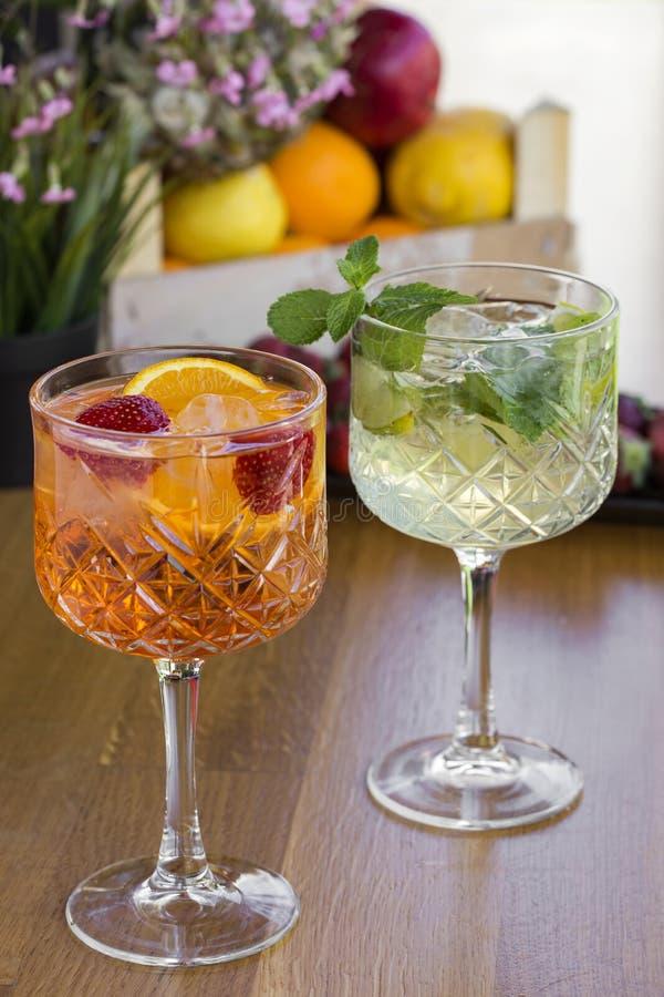 Due cocktail con vodka, le fragole, la menta ed il limone nel glasse immagini stock