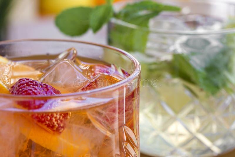 Due cocktail con vodka, le fragole, la menta ed il limone nel glasse immagini stock libere da diritti