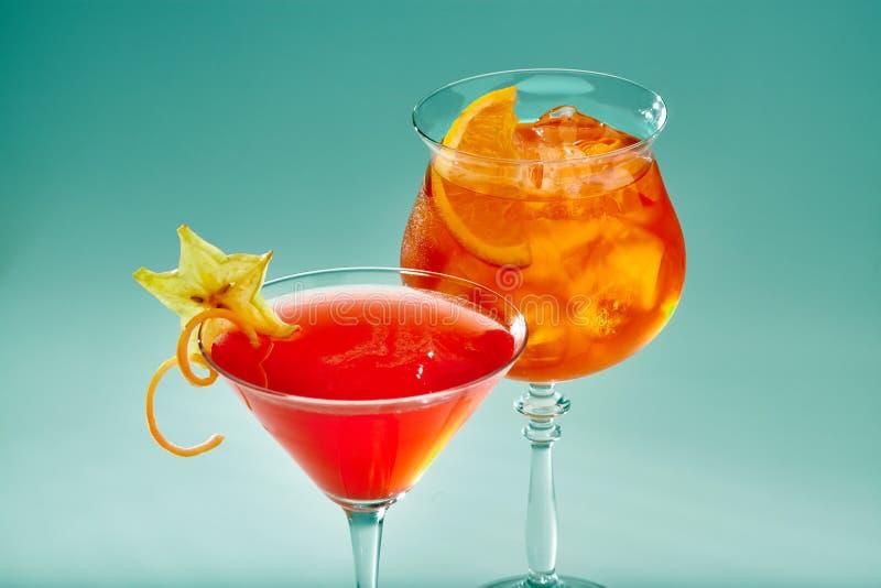 Due cocktail esotici di colore rosso in vetri con ghiaccio fotografia stock libera da diritti
