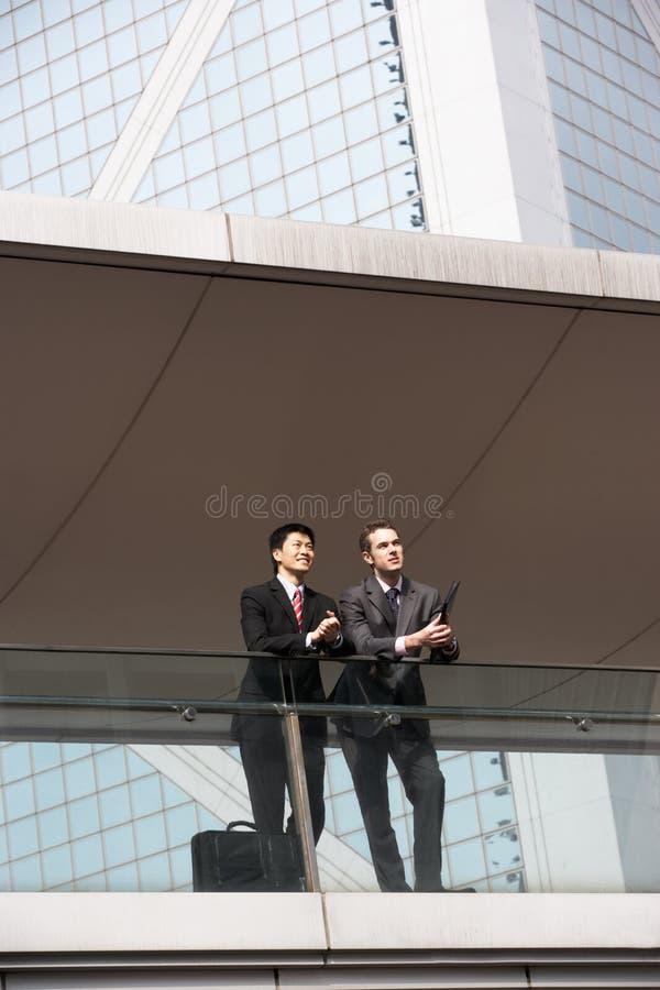Due colleghi di affari che chiacchierano all'esterno fotografia stock
