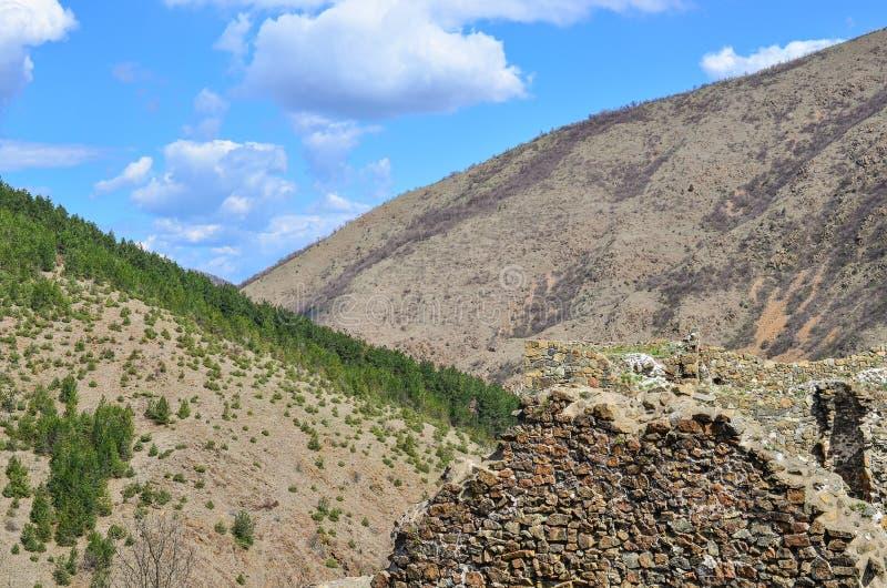 Due colline e rovine fotografia stock libera da diritti