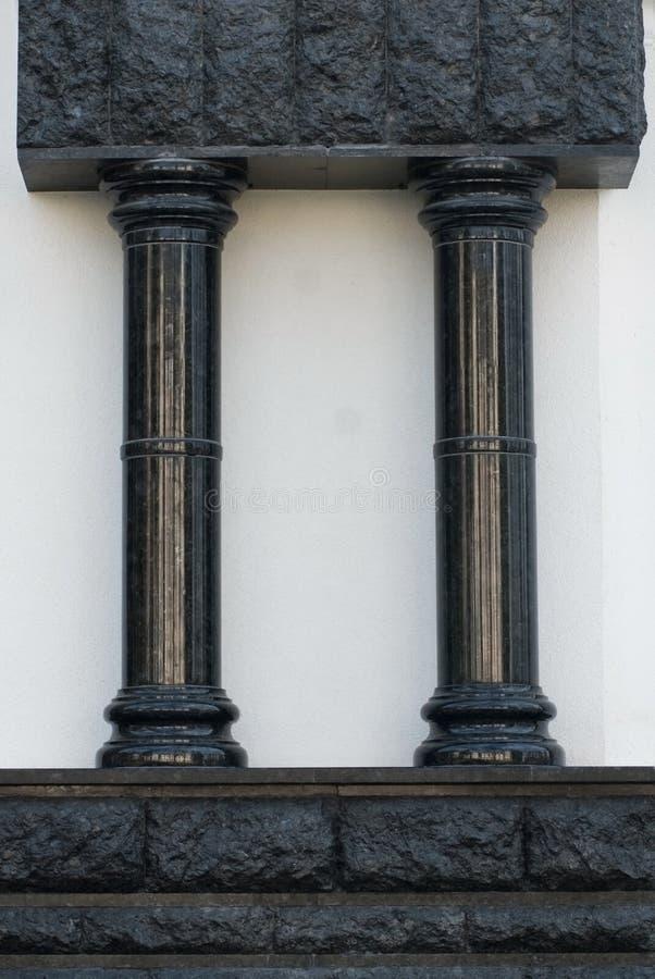 Due colonne verticali nere su un fondo bianco immagine stock