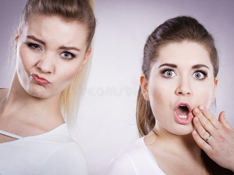 Due colpiti e donne stupite immagine stock