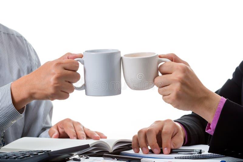 Due congrats degli uomini d'affari il loro successo con la tazza di caffè immagini stock libere da diritti