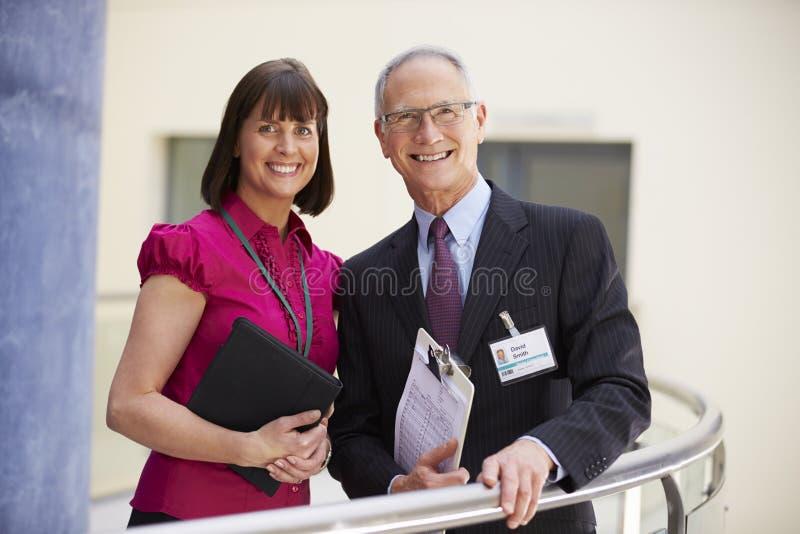 Due consulenti che si incontrano nella ricezione dell'ospedale immagini stock libere da diritti