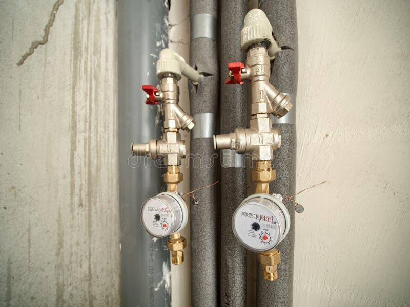 Due contatori per acqua in bagno di nuovo piano fotografie stock