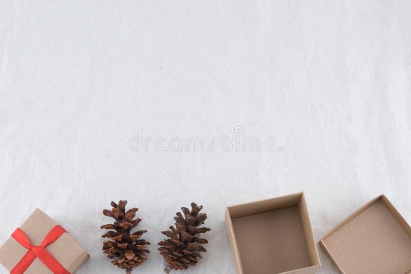 Due contenitori di regalo di Brown decorati con i pinecones fotografia stock