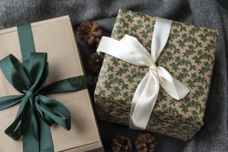 Due contenitori di regalo con gli archi su un fondo scuro immagine stock libera da diritti
