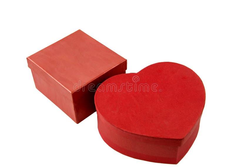 Due contenitori di regalo rossi Bianco isolato immagine stock