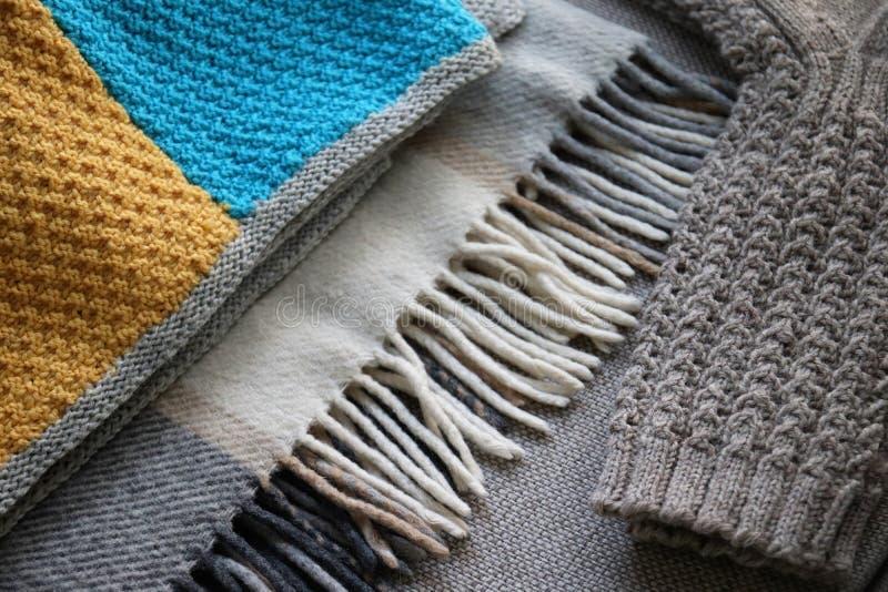 Due coperte di lana e un paio di calze fotografie stock libere da diritti