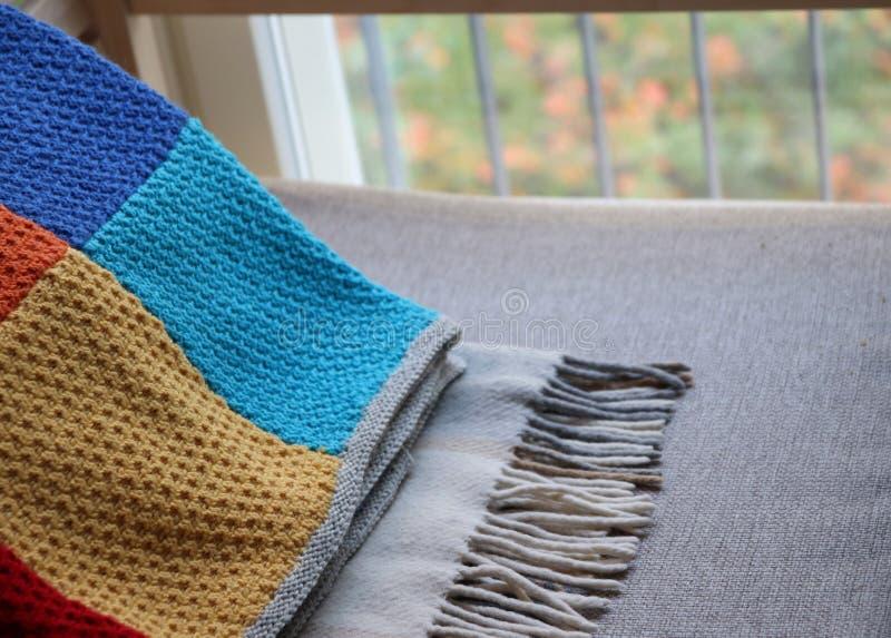 Due coperte su un divano fotografia stock libera da diritti