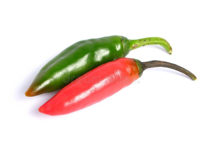 Due coppie dei peperoncini rossi di colori fotografia stock