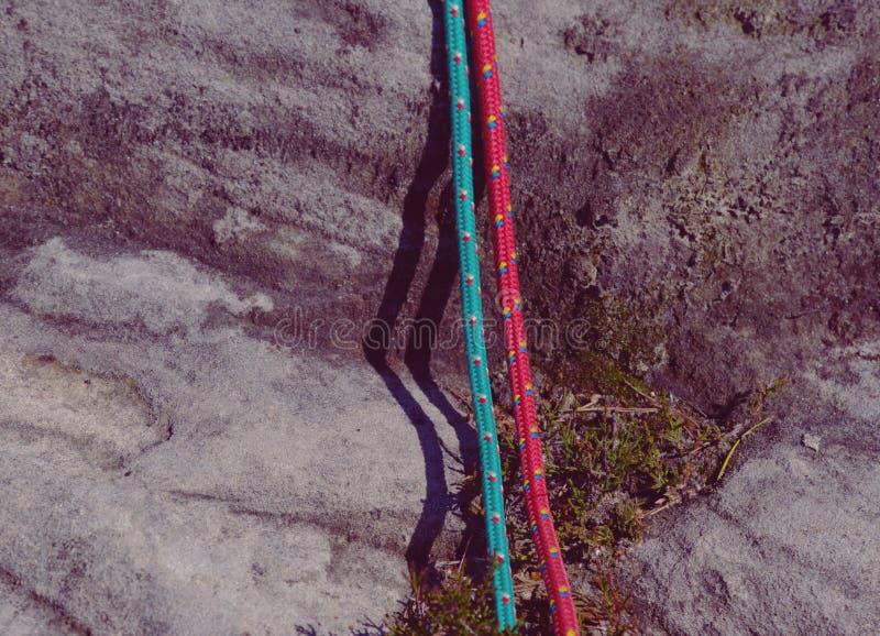 Due corde di nylon di vecchia salita di modo Dettaglio della struttura su roccia immagini stock libere da diritti