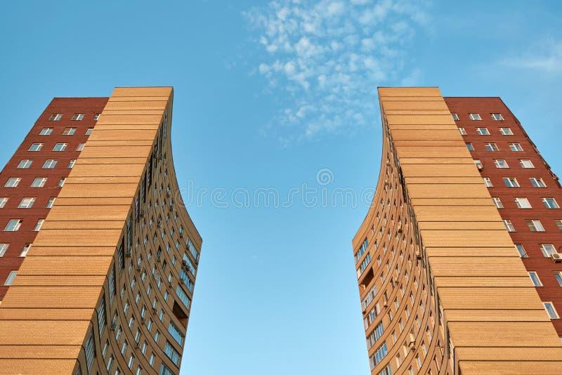 Due costruzioni di appartamento stanno di fronte ad a vicenda fotografia stock libera da diritti